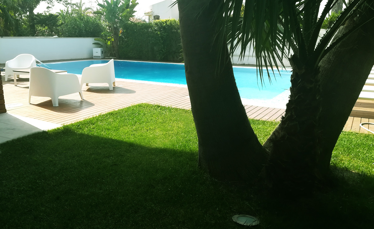 Giardino con piscina in erba sintetica EverGreen