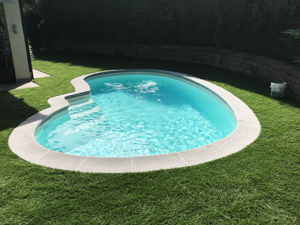 Giardino con piscina in erba sintetica decorativa EverGreen